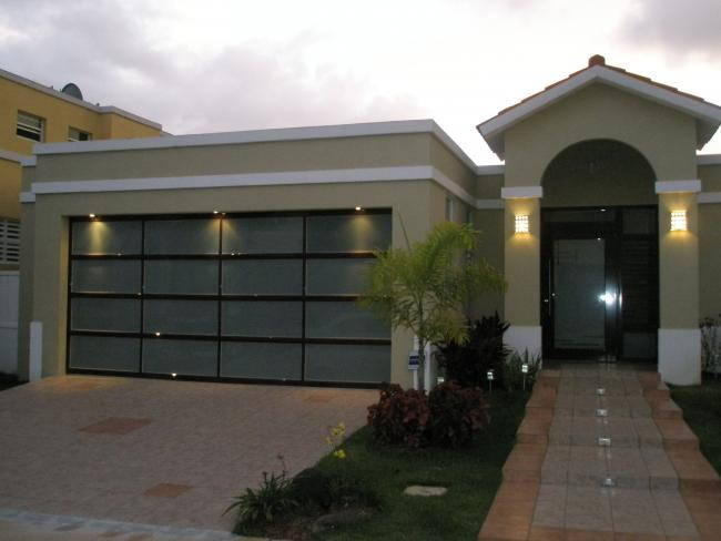 Specialist garage doors blinds shades for Modelo de casa con garaje